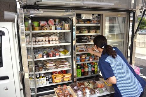 手が空いた店員はササっと商品の陳列を整える。店舗で働いているときと変わらない所作だ。