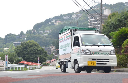 曲がりくねりった坂道の多い熱海市内を、セブンイレブンの移動販売車が走る(8月上旬、静岡県熱海市、以下セブンイレブン関連の写真はすべて同じ)