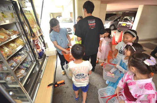 学童保育施設を訪れた移動販売車。到着するや否や、子供たちが一斉に群がる。