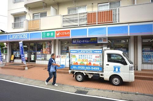 移動販売車に商品を詰め込むローソン上麻生六丁目店の鴨志田店長