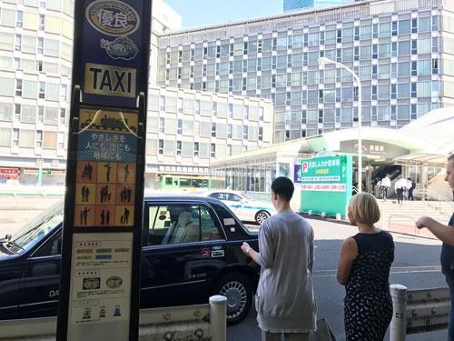 新橋駅東口前のタクシー乗り場。通常の乗り場もあるが、ほとんど優良マークをつけたタクシーの往来だった