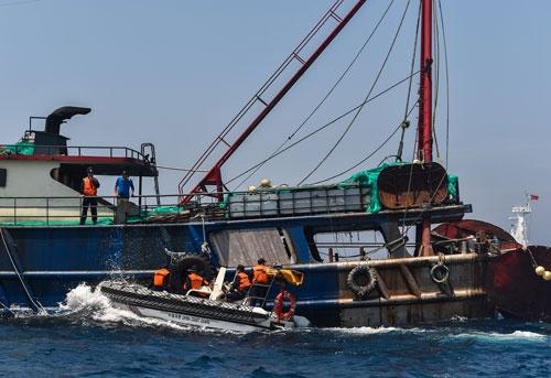 当局から取り調べを受ける中国漁船。(写真:ZUMA Press/amanaimages)
