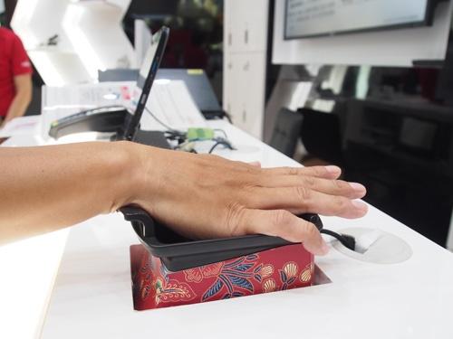 富士通の静脈認証を使った決済システム。手のひらの静脈は入り組んだ構造で、他人によるなりすましは、ほぼ不可能という。