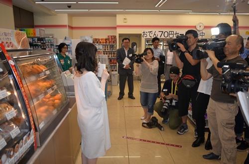 村田沙耶香さんの芥川賞受賞を記念したサイン会には、多くの報道陣が詰めかけた(8月、東京都千代田区)