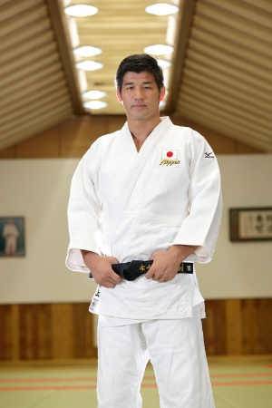 インタビューでは温和な表情も垣間見せた井上康生氏。柔道着をまとった瞬間、厳しい柔道家の顔に変わった