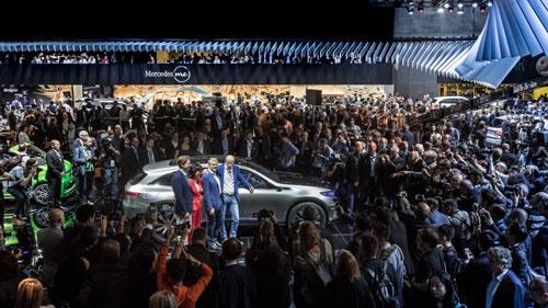 ダイムラーが発表したEVブランド「EQ」のコンセプトカーの周りには大きな人溜まりができた