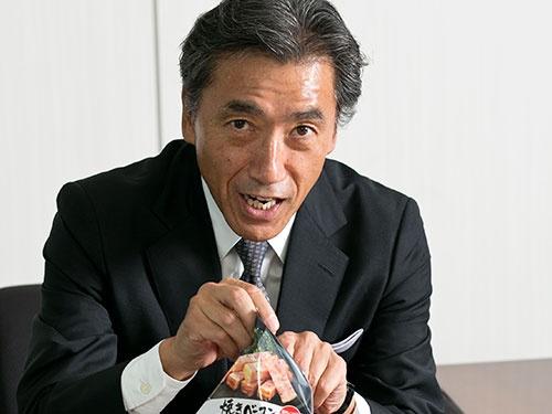 沢田 貴司氏 1981年上智大学理工学部卒、伊藤忠商事入社。1997年ファーストリテイリング入社、98年副社長。2003年投資ファンド「キアコン」設立。05年企業支援会社「リヴァンプ」設立。16年3月ファミリーマート顧問、9 月社長就任。趣味はトライアスロン。59歳(写真:的野 弘路)