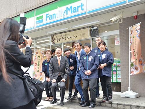 どの店舗でも記念撮影は自然と笑顔があふれた。