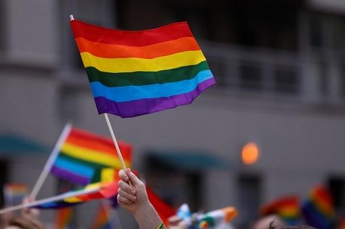 NYのゲイ・プライド・パレードで、LGBTの象徴であるレインボーフラッグを手にする参加たち。2018年6月24日撮影(写真:ロイター/アフロ)
