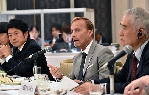 来日したグローバルファンドのマーク・ダイブル元事務局長(中)と筆者(左)