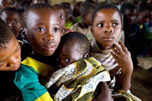 2000年当時、人口約1000万人のアフリカの小国マラウィでは、人口の10人に1人がHIVに感染。エイズによって親を失った遺児は50万人以上に達し、子供が子供の面倒をみながら生きぬかなければならない状況に陥った。(c)Global Fund