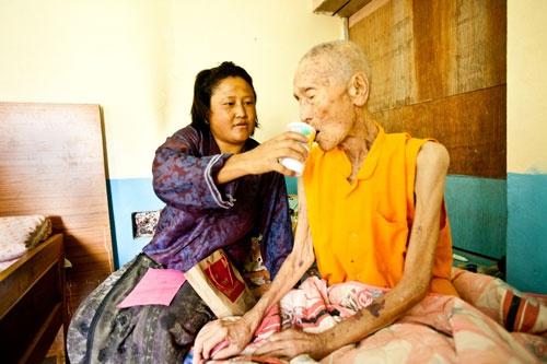 結核は治療できる病気だが、貧しい国ではその診断・治療する施設も人材もなく、感染が増えていた。ブータンではグローバルファンドの支援で6000人以上のヘルスワーカーが研修を受け、2000以上の辺地の村で結核患者に薬を届け、結核による死者を減らしていった。(c)Global Fund