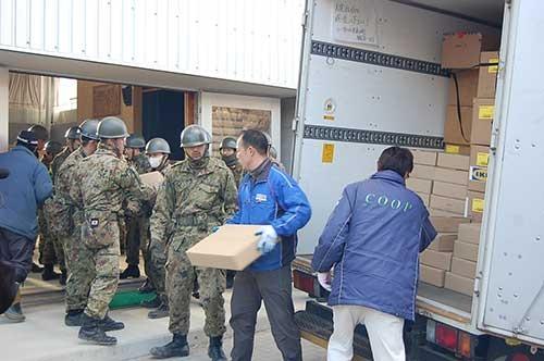 自衛隊の協力で搬入される支援物資(東日本大震災時)