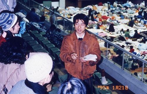 兵庫県・西宮体育館で医療チームの調整役となった筆者(阪神淡路大震災時)