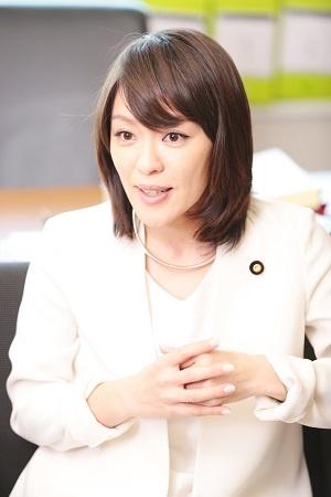 <b>今井絵理子(いまい・えりこ)</b><br/> 1983年、沖縄県生まれ。96年、SPEEDのメンバーとしてデビュー。2000年、SPEED解散後、ソロとして活動開始。04年、長男を出産。08年、息子の聴覚障がいを公表。NHK「みんなの手話」司会などを務めた後、16年、参議院議員選挙に自由民主党公認・比例区から立候補し、当選。(写真:鈴木愛子、以下同)