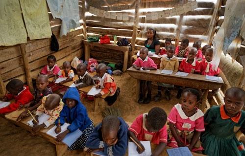 若い女性たちをエンパワメントする仕組みをいかに構築していくか、強く問われている(写真:AP/アフロ)