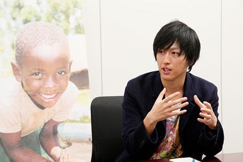 """<span class=""""fontBold"""">葉田甲太 (はだ・こうた)さん</span><br /> 医師、NPO法人あおぞら代表。1984年兵庫県生まれ。国境なき医師団に憧れ、日本医科大学へ進学。大学在学中に150万円でカンボジアに小学校を建てられることを知り、仲間と実現した経緯をつづった著書『僕たちは世界を変えることができない。』を2011年に出版し、同年に向井理主演で東映より映画化される。2014年にカンボジアで新生児を亡くしたお母さんと出会い、2018年2月にカンボジアへき地に保健センターを建設。2019年3月よりタンザニア病院建設プロジェクト開始予定。『僕たちは世界を変えることができない。』『それでも運命にイエスという。』は累計10万部に(写真:尾関裕士)"""