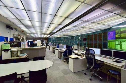 右の壁一面で首都圏の電力供給状況がひと目でわかるELDAC