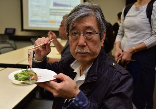 マトウダイのカルパッチョを食べる渡辺氏