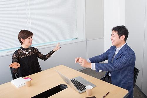 河合薫氏(左)にインタビューする入山章栄氏(右)(写真=稲垣純也、以下同)