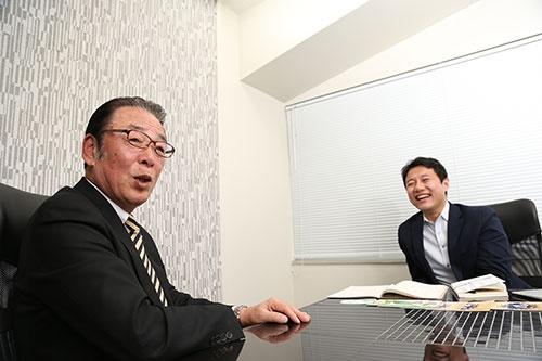 矢部輝夫おもてなし創造カンパニー代表(左)と入山章栄早稲田大学ビジネススクール准教授(右)(写真:陶山勉、以下同)