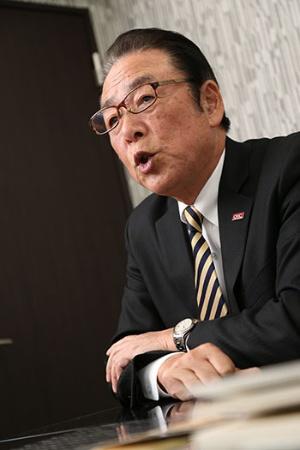 <b>矢部輝夫(やべ・てるお)氏</b><br/>合同会社おもてなし創造カンパニー代表。前JR東日本テクノハートTESSEIおもてなし創造部長。東日本旅客鉄道「安全の語り部(経験の伝承者)」。1966年、旧・日本国有鉄道入社。以後、電車や乗客の安全対策を専門として40年勤務し、安全対策部課長代理、輸送課長、立川駅長、運輸部長、指令部長の職を歴任。2005年、鉄道整備株式会社(2012年に株式会社JR東日本テクノハートTESSEIへ社名変更)取締役経営企画部長に就任。2011年に専務取締役、2013年同退任、おもてなし創造部長(嘱託)。2015年、同顧問を経て退職、合同会社「おもてなし創造カンパニー」を設立、現職。