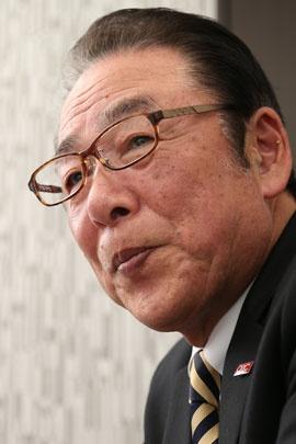 <b>矢部輝夫(やべ・てるお)氏</b><br/>合同会社おもてなし創造カンパニー代表<br/>前JR東日本テクノハートTESSEIおもてなし創造部長。東日本旅客鉄道「安全の語り部(経験の伝承者)」。1966年、旧・日本国有鉄道入社。以後、電車や乗客の安全対策を専門として40年勤務し、安全対策部課長代理、輸送課長、立川駅長、運輸部長、指令部長の職を歴任。2005年、鉄道整備株式会社(2012年に株式会社JR東日本テクノハートTESSEIへ社名変更)取締役経営企画部長に就任。2011年に専務取締役、2013年同退任、おもてなし創造部長(嘱託)。2015年、同顧問を経て退職、合同会社「おもてなし創造カンパニー」を設立、現職。
