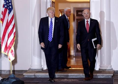 労働長官に指名されたアンドルー・パズダー氏(右)は、果たして最低賃金を引き上げるか(写真:AP/アフロ)