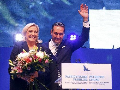 反移民・反EUを抱える欧州各国の政党が6月17日、オーストリアのウィーンに集まった。左は仏極右政党、国民戦線のマリーヌ・ルペン党首、右はオーストリア自由党のハインツ=クリスティアン・シュトラーヒェ党首(写真:ロイター/アフロ)