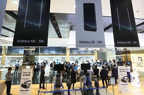 サムスン電子は、スマホの最新モデル「ギャラクシーS8」の発表を春に大々的に行った(写真:YONHAP NEWS/アフロ)