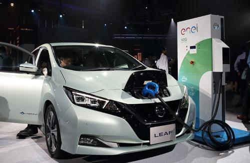 全面改良した日産自動車の「リーフ」。1回の充電で400kmの走行を実現する(写真:Shutterstock/アフロ)