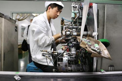中国のリチウムイオン電池製造工場(写真:ロイター/アフロ)