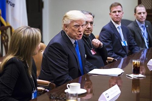1月24日、トランプ米大統領は、ホワイトハウスでゼネラル・モーターズなど米自動車製造大手3社のトップと会談した。自動車製造大手のトップは、ドル高是正を政権に求めたとみられている。(写真:代表撮影/UPI/アフロ)