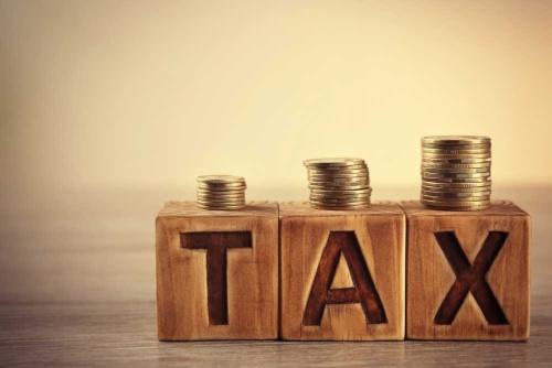 安倍首相は消費税率を2019年10月1日に予定通り8%から10%に引き上げることを表明した。増税後の消費の冷え込みを防ぐため、19年度と20年度予算で臨時・特別の経済対策をとる方針も示し、全閣僚に策定を指示した。だが……。(写真=shutterstock)
