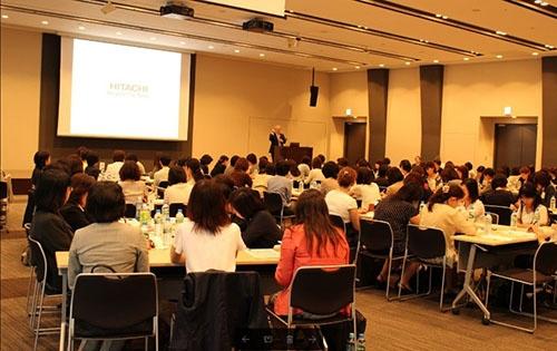 女性リーダーミーティングでは東原敏昭社長も登壇してエールを送った