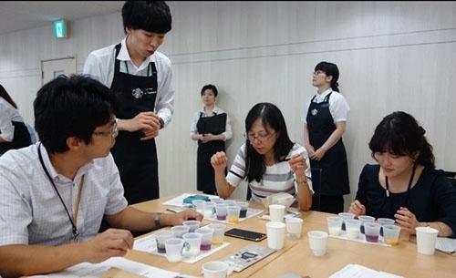 プレミアムフライデーにはさまざまなイベント開催。8月はスターバックスコーヒーから講師を招きコーヒー講座を開いた