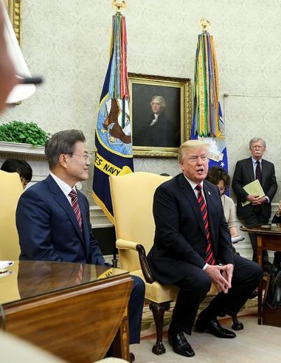 米韓首脳会談に臨む文在寅・韓国大統領(左)とトランプ米大統領。右後方にボルトン補佐官の姿が見える (写真:ユニフォトプレス)