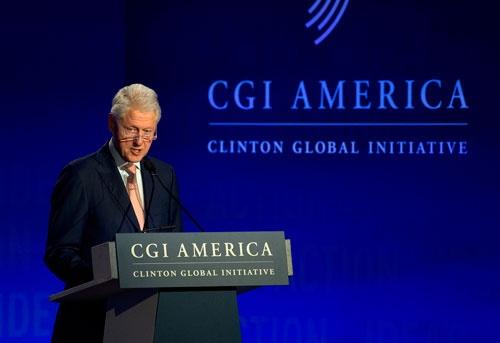 クリントン財団の会合でのスピーチするビル・クリントン元米大統領<br />(写真:AP/アフロ)