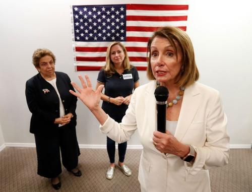 民主党下院議員候補を応援する同党幹部のナンシー・ペロシ氏(写真:AP/アフロ)