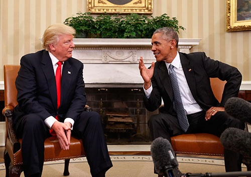 オバマ大統領と会談するトランプ氏(左)(写真:AP/アフロ)