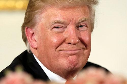 就任式の後、昼食会に出席したトランプ大統領。来年もこのような笑顔を見せることができるだろうか(写真:ロイター/アフロ)