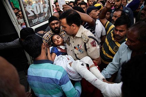 インドとパキスタンの緊張が増している。パキスタンが仕掛けたとされる爆発でけがを負ったインドの子供(写真:AP/アフロ)