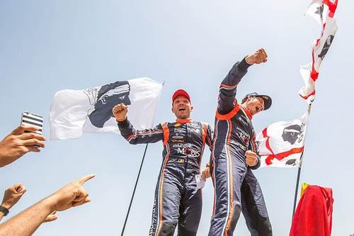シーズン折り返しとなる第7戦を終え、選手権首位に立ったティエリー・ヌーヴィル(写真右) ©Hyundai Motorsport