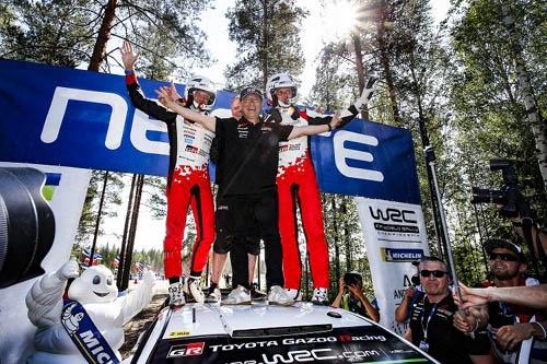 第8戦フィンランドから第10戦トルコまで3連勝して、選手権争いに復帰したタナク。フィンランドには豊田章男社長も駆けつけ、優勝の喜びを分かち合った ©TOYOTA GAZOO Racing
