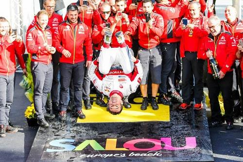 スペインで優勝したローブ。表彰式では、バク宙を披露した(ローブは元体操選手) ©Citroen Racing