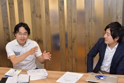 トーマツ ベンチャーサポートの斎藤事業統括本部長(左)と秋好社長