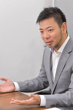 節水ノズル「Bubble90」を開発したDG TAKANOの高野雅彰社長(写真:菊池一郎、以下同)