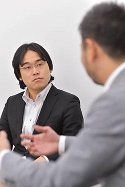 斎藤事業統括本部長(奥)と高野社長