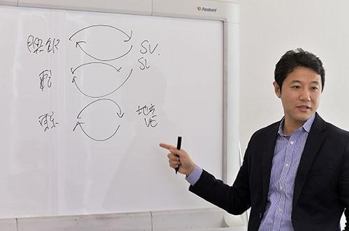 地方のベンチャーのあり方について、米国と日本を比較して解説する入山・早稲田大学ビジネススクール准教授(写真:菊池一郎、以下同)