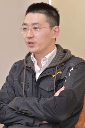 八面六臂の松田雅也社長。1980年大阪府生まれ。京都大学法学部卒業後、銀行などを経て2007年にエナジーエージェント(現・八面六臂)を設立して社長就任。11年4月から現社名に変更し、飲食店向けEC事業「八面六臂」を開始した(写真:菊池一郎)